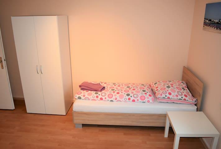 L06 schöne 3 Zimmer Ferienwohnung in Leverkusen Schlebusch mit gratis W-LAN, Wäschetrockner undWaschmaschine