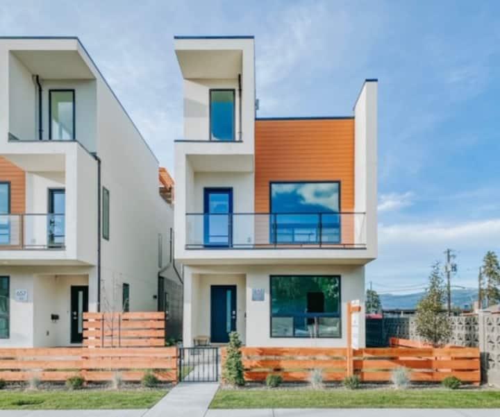 Stunning Modern Brand New Home-1 Block to Beach!