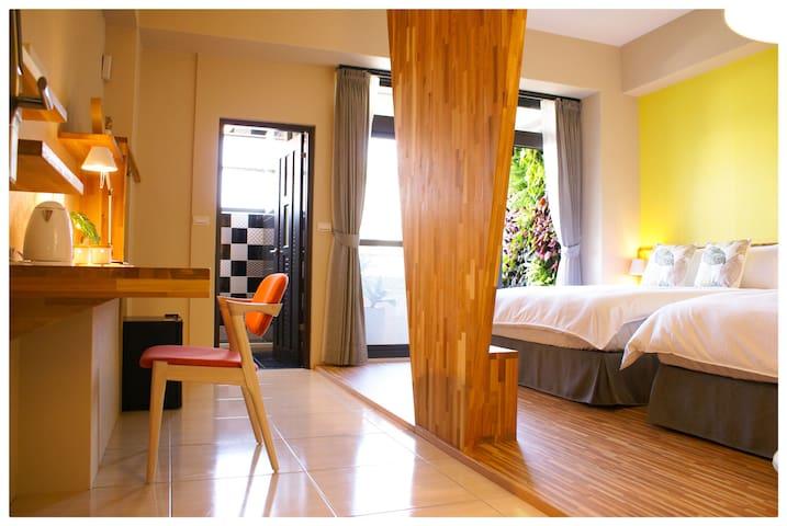 近花蓮火車站民宿90%B&B,獨立衛浴乾濕分離,標準四人房。301房簡約舒適,悠雅蜜綠。