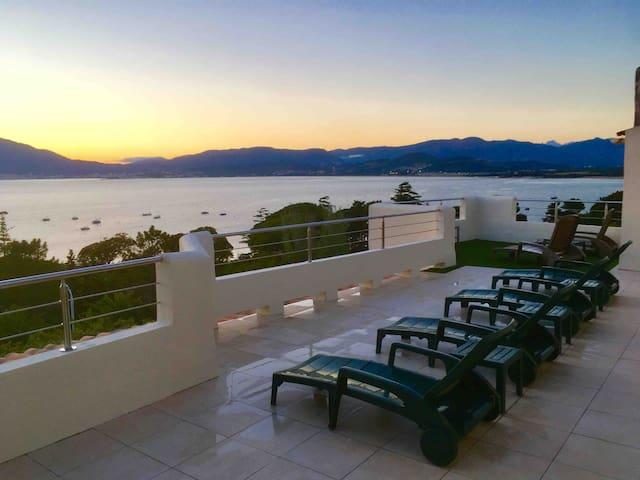 Vue panoramique mer et montagne