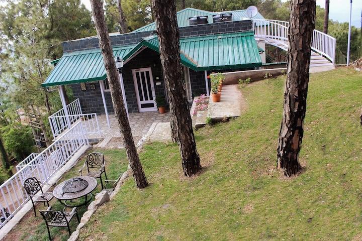 Pine Crest East Ménage- A picturesque hideaway