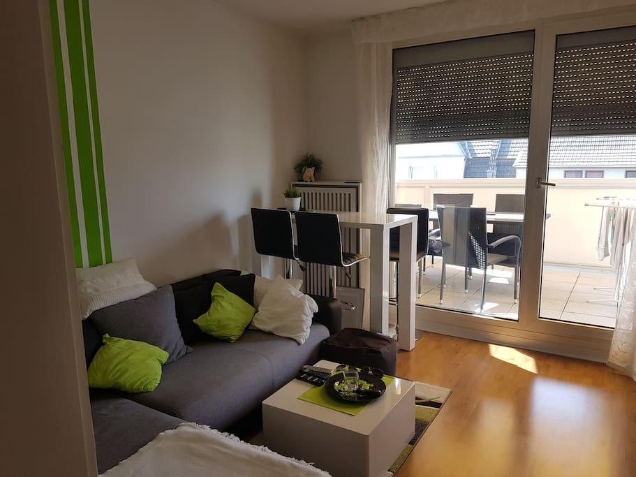 Wohnzimmer mit Essbereich (Bartisch)