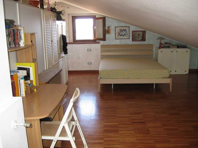 Large attic, 10 min from the sea - Piombino - Departamento
