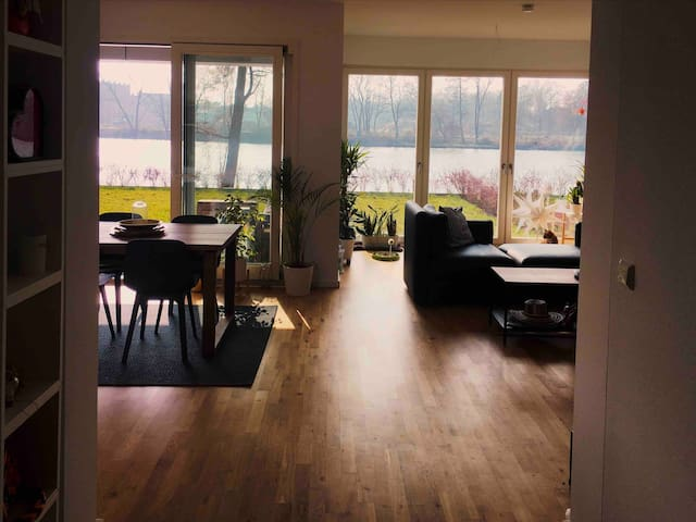Beautiful apartment + garden in front of the water