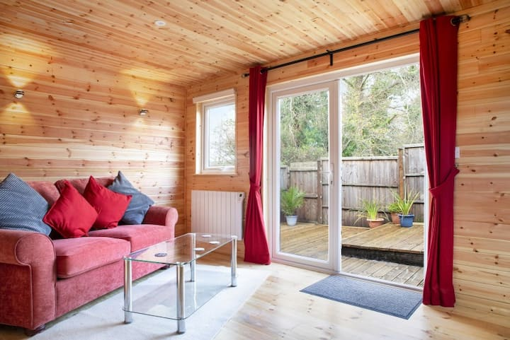 Leotie - cozy peaceful cabin with free parking