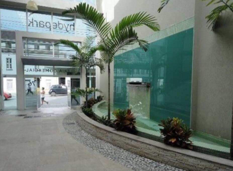 Hall de entrada do prédio com lojas de conveniência e cafeteria.