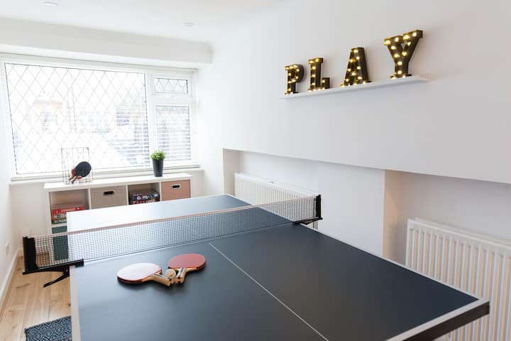 ★ 4-BEDROOM HOME  ★  Sleeps up to 10 ★ 5-min walk to the Village ★ Games Room ★ Private Garden 🖤