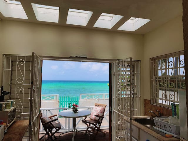"BEACHFRONT ""SUNTAN""  1 bedroom house"