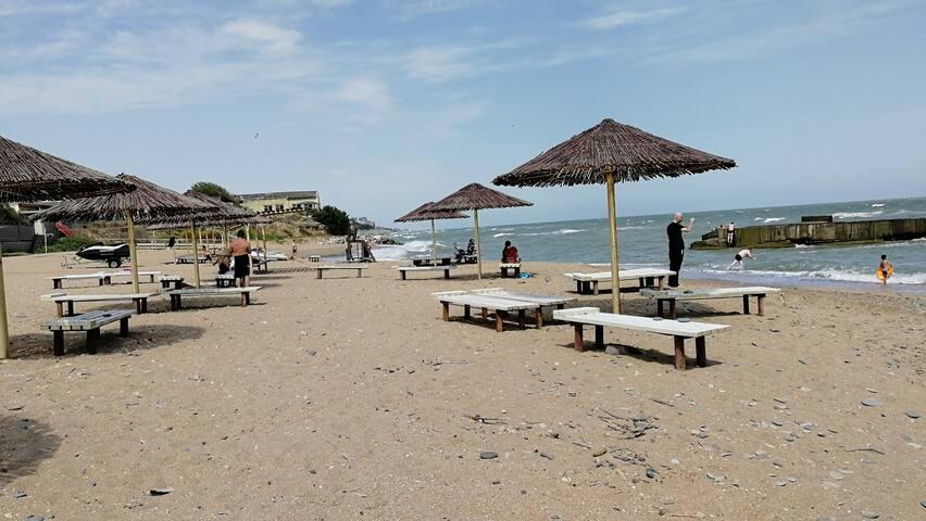 Домик на берегу Каспийского моря