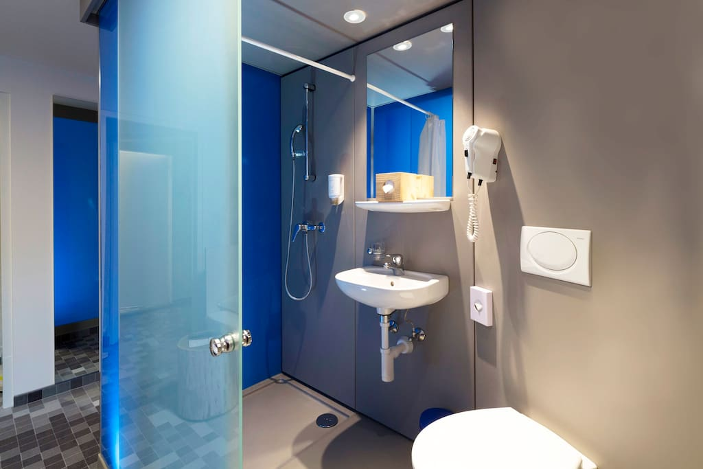 Duschkabine mit WC in jedem Zimmer