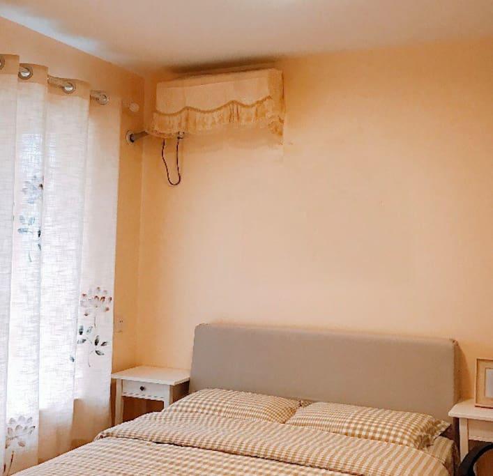 南次卧,有飘窗、电视、空调、衣橱