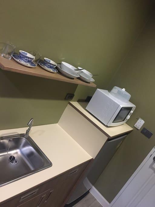มีไมโครเวฟ ตู้เย็น จาน ชาม อ่างล้างจาน ไว้อำนวยความสะดวก