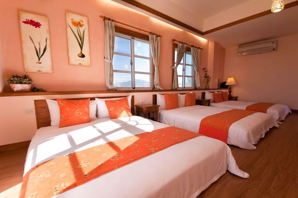 哇~3張雙人床一字排開,表示房間格局空間大,六位大人也不嫌擠喔!