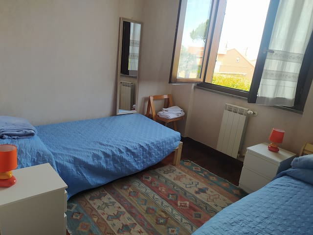 Seconda stanza con letti singoli al 1 piano.  Second room with two single beds, 1st floor