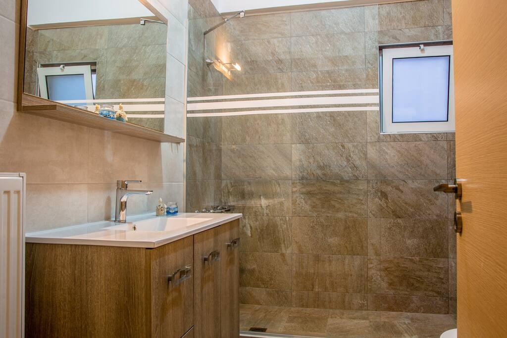 стильная ванная комната с туалетом и стиральной машиной