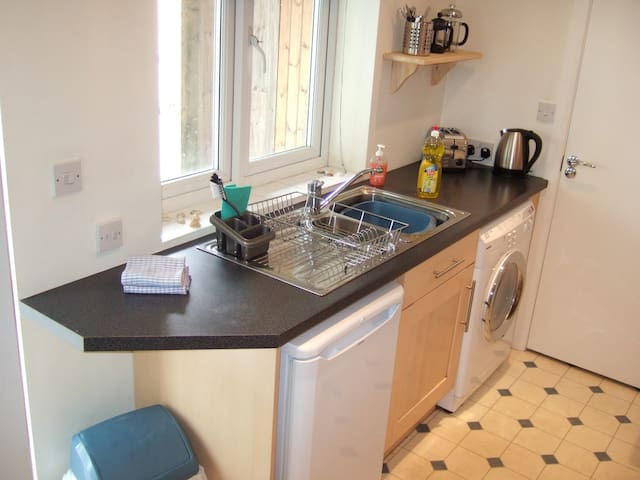 Lovely Modern Studio by Polzeath Beach, slps2-4 - Cornwall - Flat
