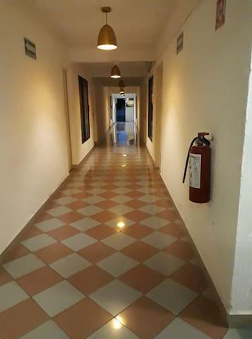 Contamos con un pasillo que conecta al estacionamiento.