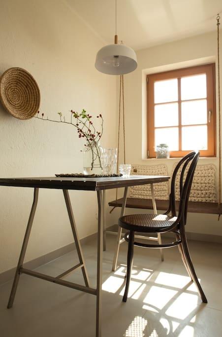 Esstisch aus alter Tür und Sitzschaukel