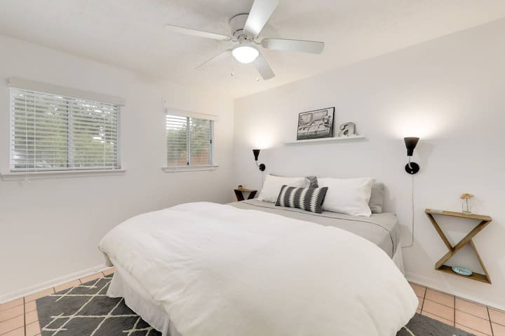 ★Private Bedroom ★Cute South Congress Bungalow!★