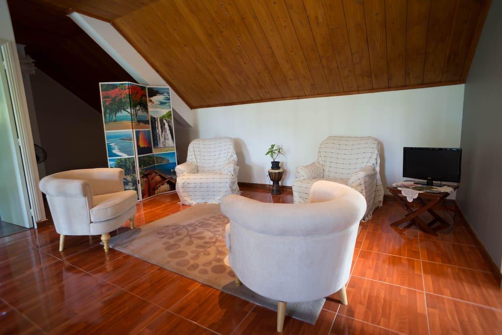 Salon des invités : espace commun aux 2 chambres avec TV