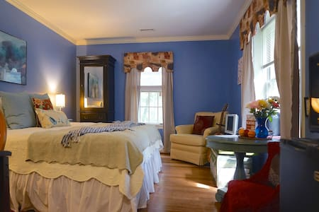 King Suite with Private Bath at Chez Stokesie - Charlottesville - Hus