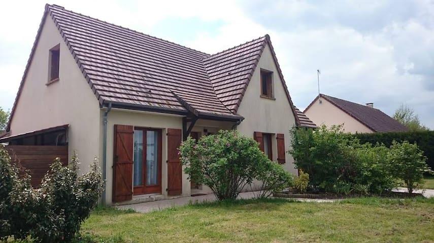 Chambre parentale dans pavillon au calme - Saint-Vincent-du-Lorouër - House