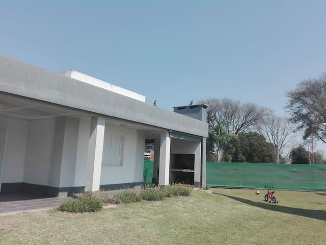 Casa de campo en pueblo colonial