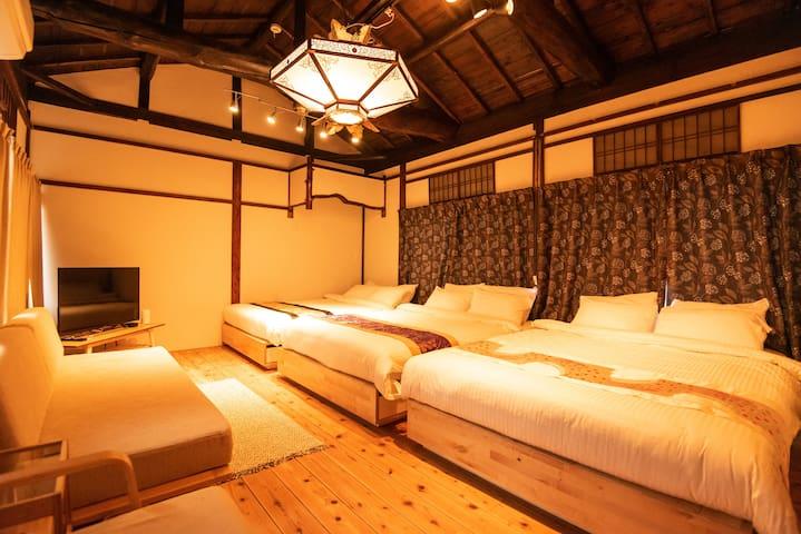 Bedroom 2.  3 double size bed(140×200)  50 inch screen, you can use apple TV and Netflix!  卧室2.  3双人床(140×200) 50英寸的屏幕,你可以使用苹果电视和Netflix!