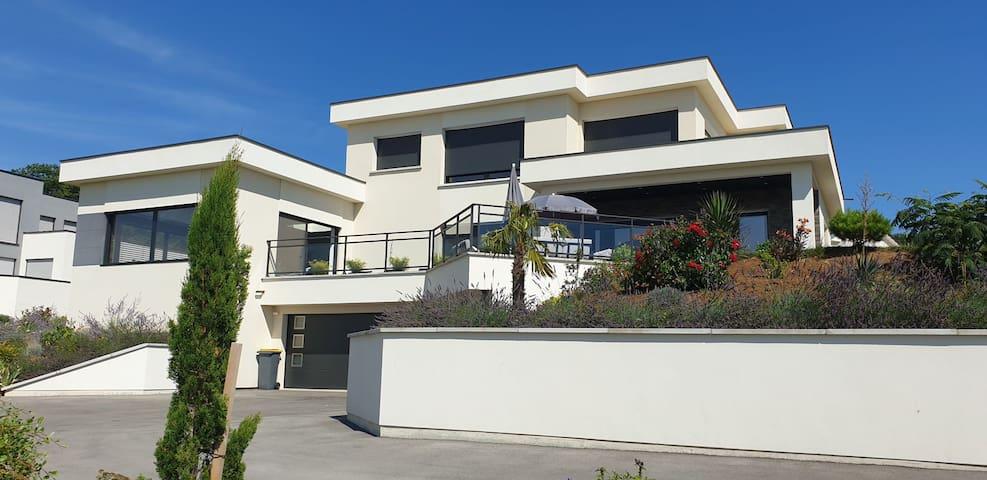 Villa avec piscine intérieure et sauna