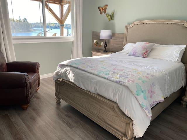 Queen bed with stunning views of the lake and a bassinet for newborn