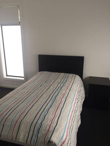 Brand new room in newly built home for long stay - Campbelltown - 獨棟