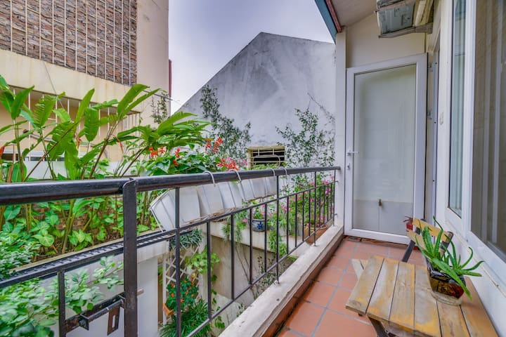 A chill terrasse with garden and city view