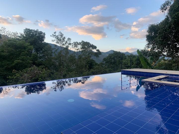 La Alegría: Valle verde, piscina privada, wifi