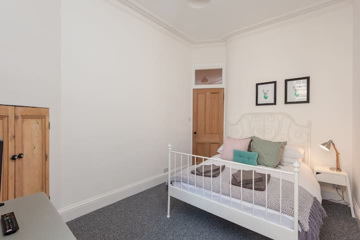 Fantastic Easter Rd Apartment sleeps up to 6