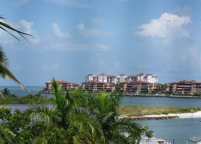 Spacious 2 Bed Condo, Shops/Restaurants on Site!