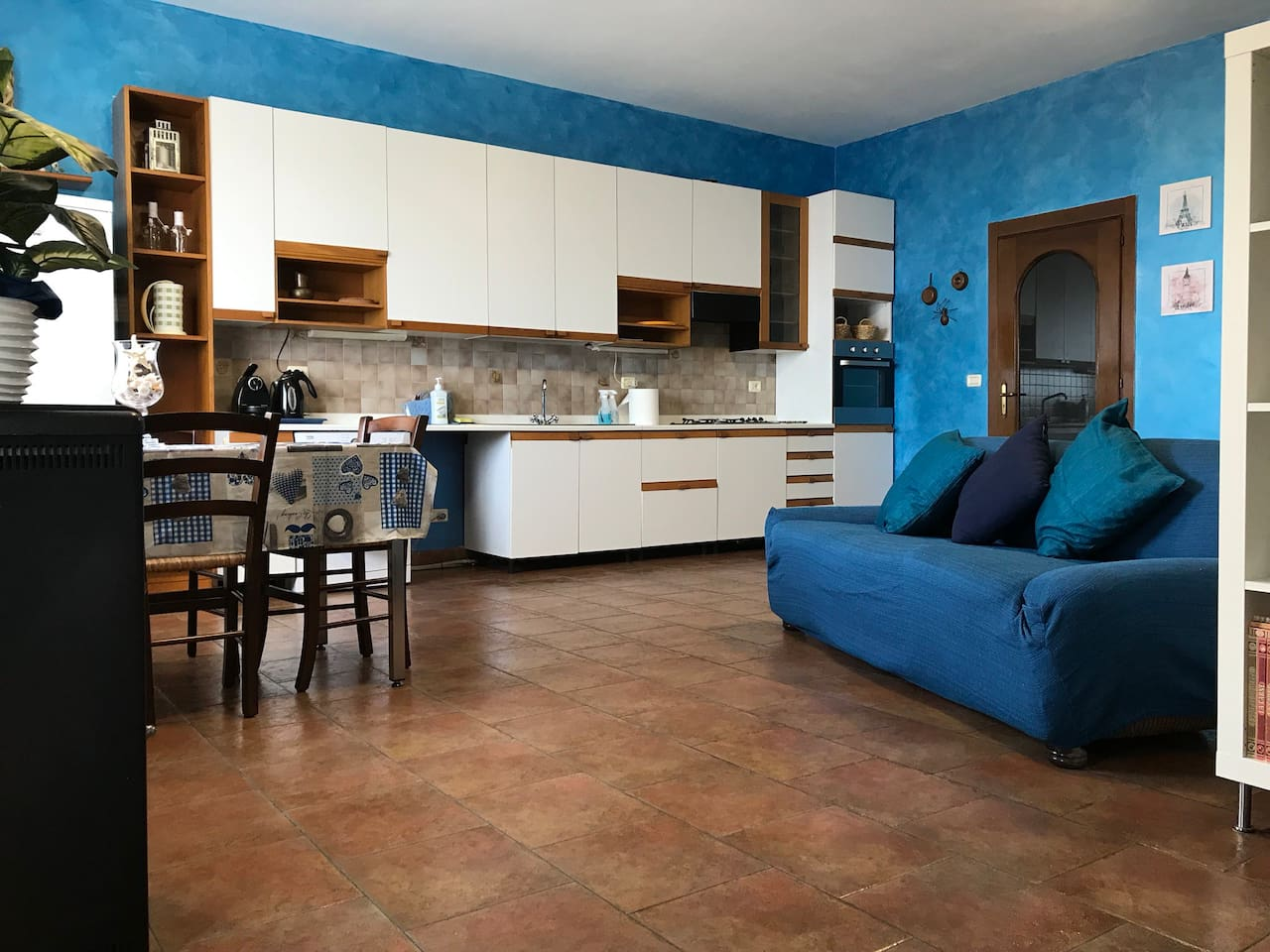 Ingresso open space con soggiorno e cucina
