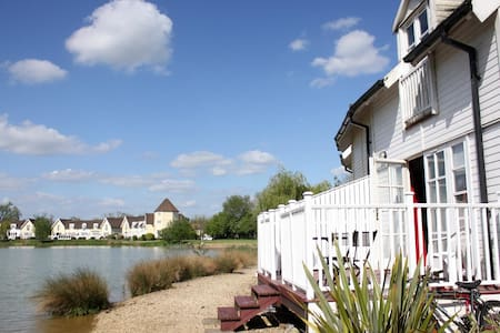 Cotswold Lake Lodge - South Cerney Gloucestershire - South Cerney - House