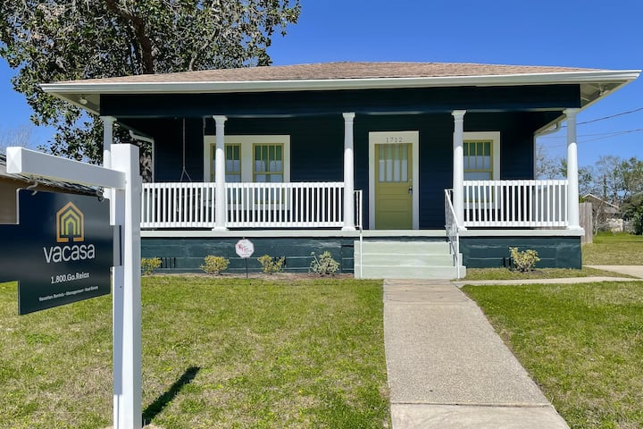 Historic Downtown Cottage with High-Speed WiFi and Central AC! Dogs Okay!