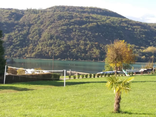 Petit chalet sur grand terrain, vue sur un lac