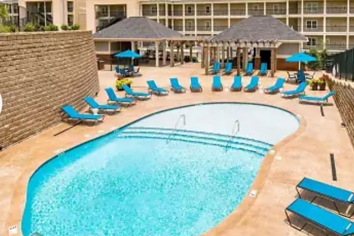 Super Cool King bed 1BR, FREE Parking, MAFB, Pool
