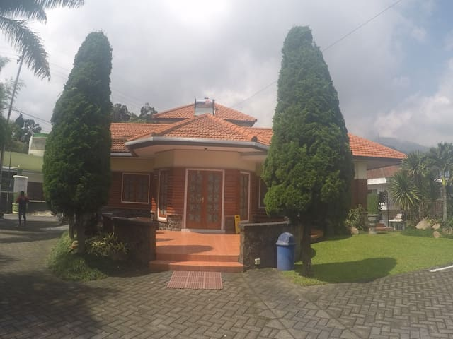 RK Kayu 4 kamar (Villa Kodok) - Prigen - Villa