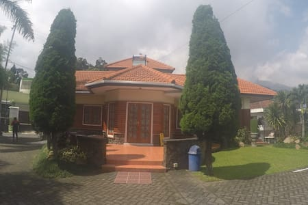 RK Kayu 4 kamar (Villa Kodok) - Prigen