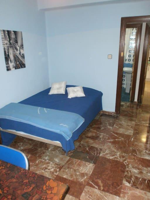Hab. con cama matrimonial donde se monta una cama extra individual.