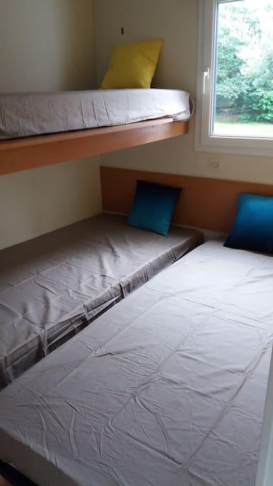 La deuxième chambre: 2 lits simples couplés, 1 lit superposé.