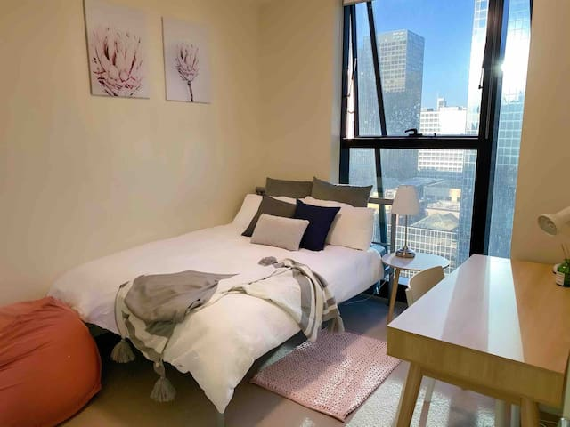 温馨次卧 Lovely Room in CBD 2mins to Train Station