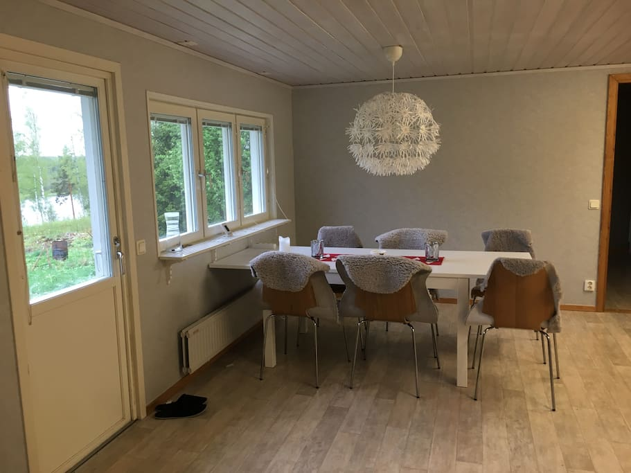 Matplats med plats för 6-8 personer Kitchen table with seating for 6-8 persons