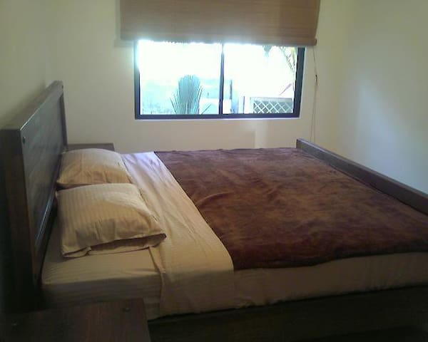 Dormitorio principal cama King.   Baño completo.