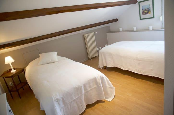 chambre 1, les lits peuvent être joints pour faire un grand lit.