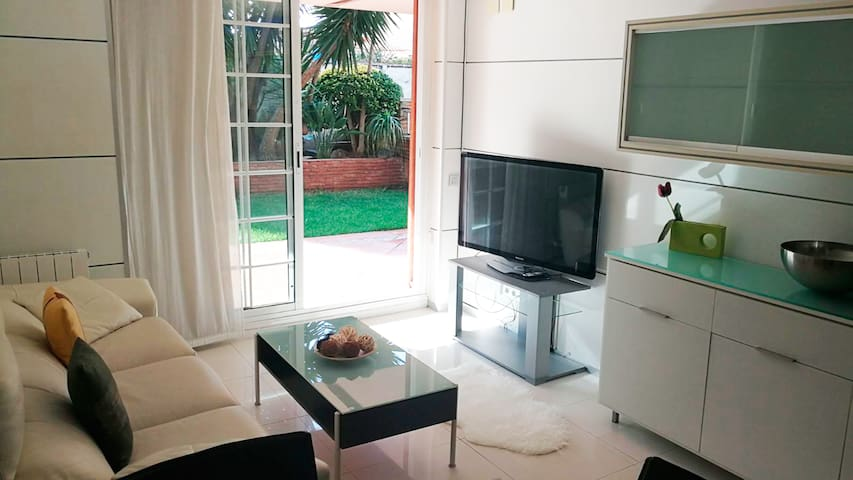 Sunny apartment with pool by the beach (Barcelona) - Castelldefels