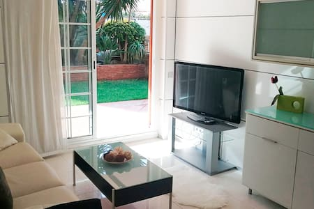 Sunny apartment with pool by the beach (Barcelona) - Castelldefels - Lejlighed